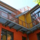 Der 20 Mtr lange Laufgang und die Treppen sind sowohl Fluchtweg für die obere Wohnung des Neubaus, als auch Balkon und Zugang zur Dachterrasse. Die Konstruktion wurde in ca. 10Mtr Höhe an Isokörben und Kragträgern vor die Fassade gehängt. Berlin, 2009