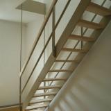 Die Treppe ist von oben abgehängt. Stufen und Handlauf sind aus geweißtem Ahorn. Auftrag von XTH Architekten. Berlin, 2011