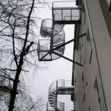 Fluchttreppe-vorgehängt