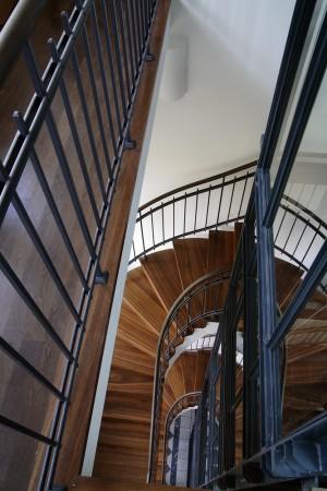 Treppengeländer stahl und holz gewändelt
