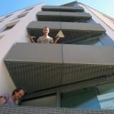 Für den Neubau eines Wohnhauses in der Schumannstr. Berlin-Mitte haben wir Balkone und div. Geländer gefertigt . Die Dreieckbalkone wurden an IsoKörben vor die Fassade gehängt. Die Stahlkonstruktion wurde mit eloxierten Alu- Gitterrosten und Holz verkleidet. Berlin, 2009