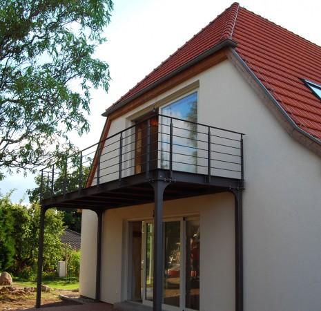 Balkon aus Stahl und Holz