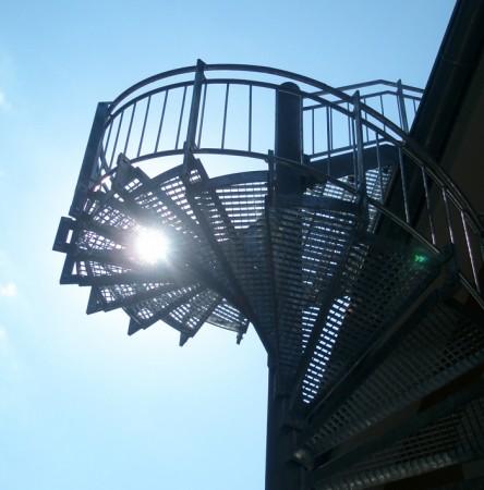 Spindeltreppe Stahl verzinkt mit Gitterroststufen