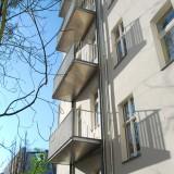 Freitragende Balkone mit Holzbelag und Entwässerung. Berlin-Kreuzberg, 2014