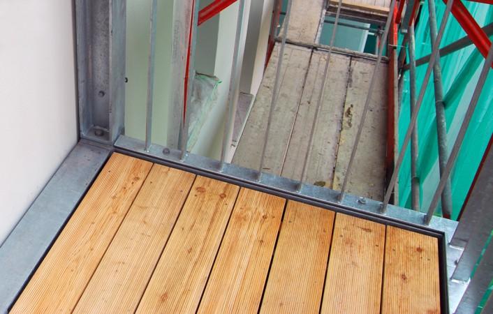 Stahlbalkon mit Holzbelag