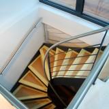 Verzogene Treppe mit durchgehendem Handlauf